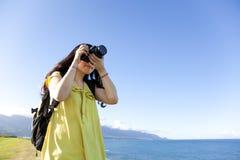 Ung kvinna med ryggsäck royaltyfri fotografi