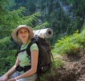 Ung kvinna med ryggsäcken royaltyfri foto