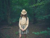 Ung kvinna med safarihatten i skog Royaltyfri Fotografi