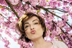 Ung kvinna med sakura blommor Arkivfoton