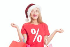 ung kvinna med santa hatt- och shoppingpåsar Royaltyfria Bilder