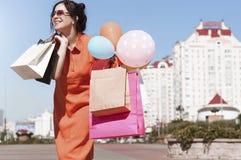 Ung kvinna med shopping på stadsgatan royaltyfri fotografi