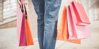 Ung kvinna med shoppingpåsar som går Royaltyfria Foton