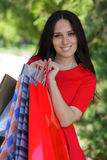 Ung kvinna med shoppingpåsar utanför Royaltyfri Foto