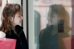 Ung kvinna med shoppingpåsar Arkivbilder