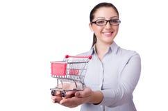 Ung kvinna med shoppingvagnen Royaltyfria Bilder