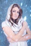 Ung kvinna med sjaletten arkivbild
