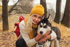 Ung kvinna med skrovlig kel för hund royaltyfri bild