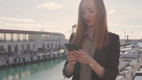 Ung kvinna med smartphonen p arkivfilmer