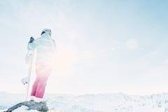 Ung kvinna med snowboarden Royaltyfria Foton