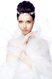Ung kvinna med stängda ögon som isoleras på vit iklädd studiobakgrund udden av organza och den härliga tiaran Arkivfoton