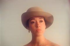 Ung kvinna med ståenden för filthatt Fotografering för Bildbyråer