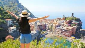 Ung kvinna med stor sikt på den gamla byn Vernazza, Cinque Terre, Liguria, Italien Europeisk italiensk semester lager videofilmer