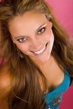 Ung kvinna med stort leende Royaltyfri Foto