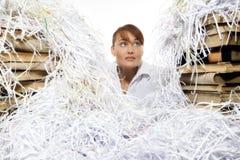 Ung kvinna med strimlat papper Arkivbilder