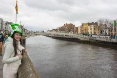 Ung kvinna med Sts Patrick hatt Royaltyfri Bild