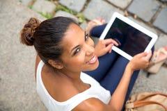 Ung kvinna med tableten Arkivfoto