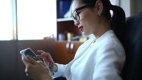 Ung kvinna med tableten stock video
