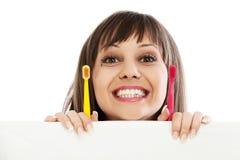 Ung kvinna med tandborstar Royaltyfri Foto