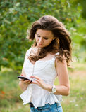 Ung kvinna med telefonen Arkivbilder