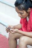 Ung kvinna med telefonen Royaltyfri Bild