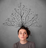Ung kvinna med tilltrasslade linjer som kommer ut ur hennes huvud Arkivfoton
