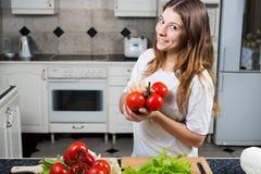 Ung kvinna med tomatvisninggruppen av tomater Royaltyfri Foto