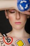 Ung kvinna med trafiktecken på henne kropp Arkivfoton