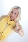 Ung kvinna med tumen upp fotografering för bildbyråer