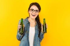 Ung kvinna med två flaskor arkivfoton