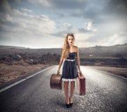 Ung kvinna med två resväskor Fotografering för Bildbyråer