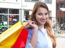 Ung kvinna med två shoppingpåsar Fotografering för Bildbyråer