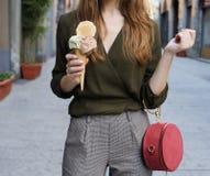 Ung kvinna med utomhus- glass Arkivfoton