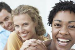 Ung kvinna med vänner som har gyckel tillsammans Royaltyfri Fotografi