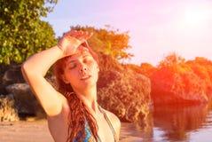 Ung kvinna med värmeslag Farlig sol Strandliv Flicka under solen Arkivfoton