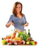 Ung kvinna med variation av livsmedelsbutikprodukter över vit Royaltyfria Bilder