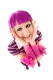 Ung kvinna med violetta hår- och rosa färgband på hennes armar Royaltyfri Bild