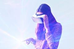 Ung kvinna med virtuell verklighetexponeringsglas moderna teknologier Begreppet av framtida teknologi Arkivbilder