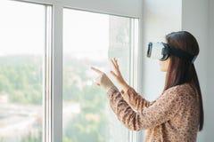 Ung kvinna med virtuell verklighetexponeringsglas moderna teknologier Begreppet av framtida teknologi royaltyfria foton