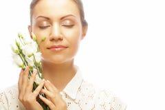 Ung kvinna med vita blommor som isoleras på vit Arkivbilder