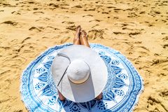 Ung kvinna med White Hat som kopplar av på stranden royaltyfria foton