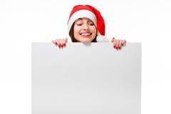Ung kvinna med whiteboard på jul fotografering för bildbyråer