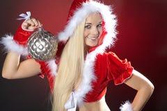 Ung kvinna med xmas-bollen royaltyfri bild