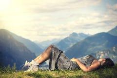Ung kvinna mot bakgrunden av södra Tyrol Royaltyfria Bilder