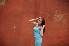 Ung kvinna mot den gamla stenväggen Royaltyfri Bild