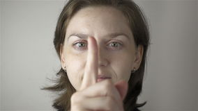 Ung kvinna och övning för ögon stock video