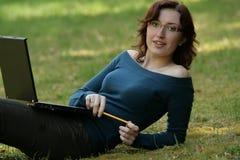 Ung kvinna och anteckningsbok Royaltyfri Bild
