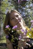 Ung kvinna och blommor Arkivbild