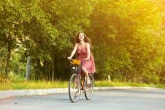 Ung kvinna och cykel Fotografering för Bildbyråer
