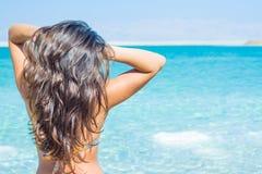 Ung kvinna och dött hav, Israel Royaltyfri Foto